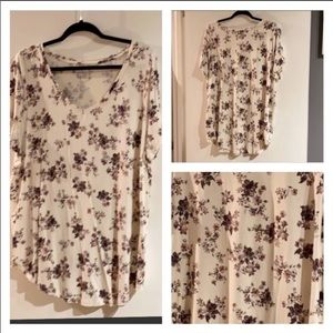 2X- $13🌺 Floral V Neck Top...like NEW...EUC !!!